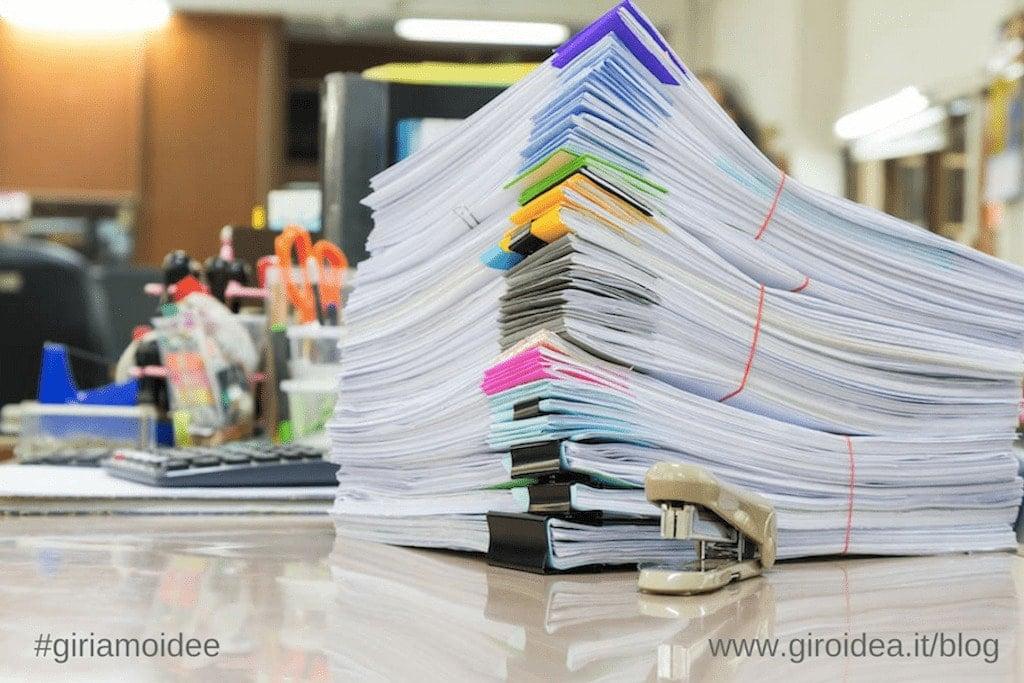 una scrivania, tanti fogli stampati: così opera un buon ufficio stampa